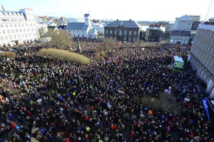 People demonstrate in Reykjavik, Iceland, in this April 4, 2016 file photo. REUTERS/Stigtryggur Johannsson/Files - RTSDW11